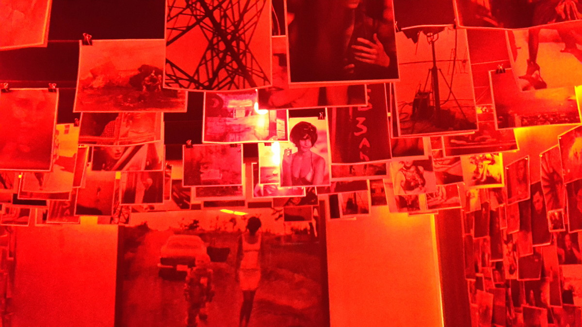In deze rode ruimte was er een soort van doka gemaakt, waar alle foto's als het ware hangen te drogen aan het plafond.