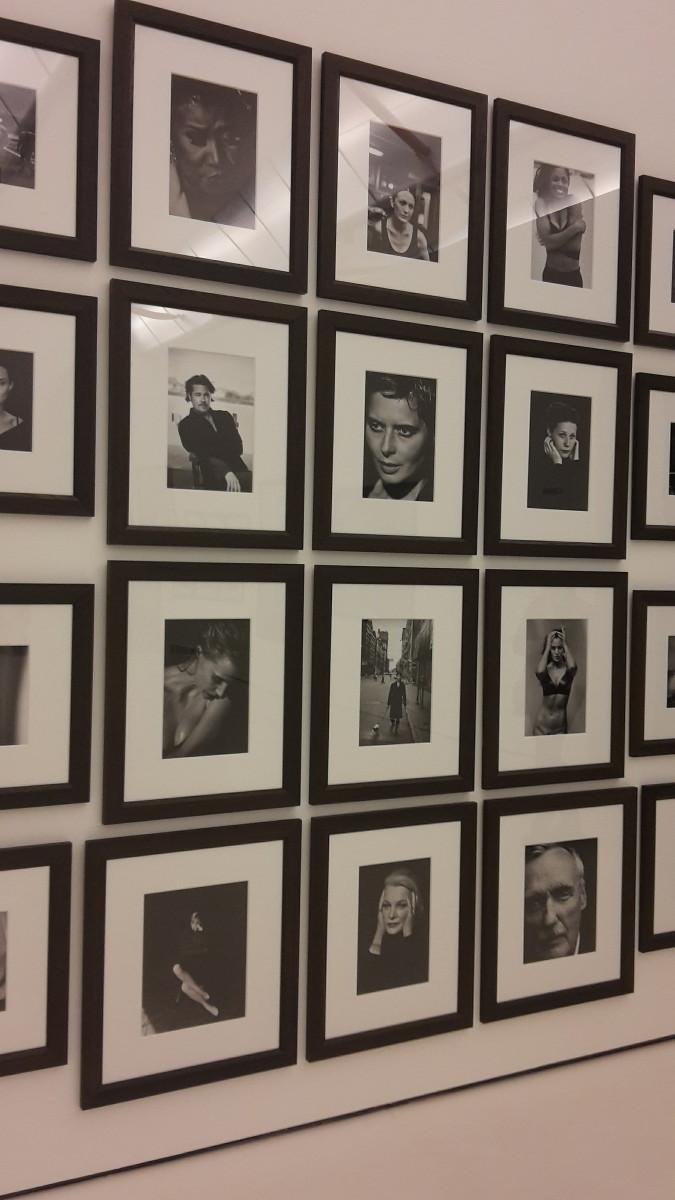 Op deze wand hing een collectie met zogenoemde iconen, spot bijvoorbeeld Brad Pitt.