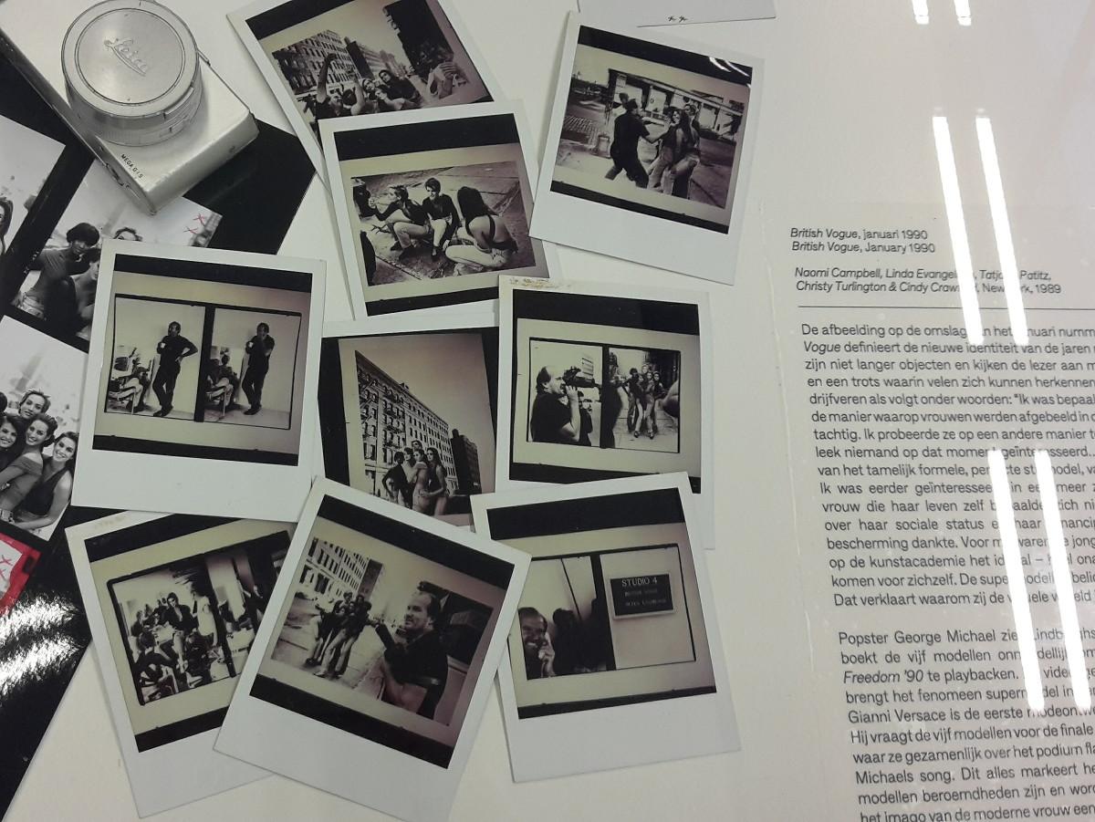 In de vitrines kan je zien hoe Lindbergh te werk gaat, deze liggen dan ook vol met polaroids bijvoorbeeld.