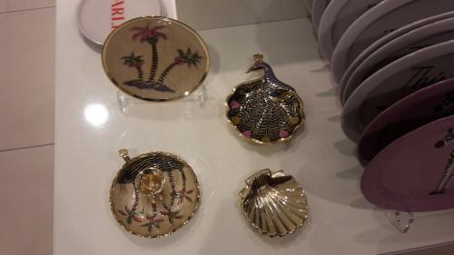 Ook deze kitsch schaaltjes, vond ik stiekem wel heel leuk, vooral die met die pauw en die met die schelp.